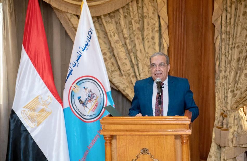 وزير الإنتاج الحربي يكريم الدكتور وحيد غريب ويهنئ العميد الجديد للأكاديمية المصرية للهندسة والتكنولوجيا