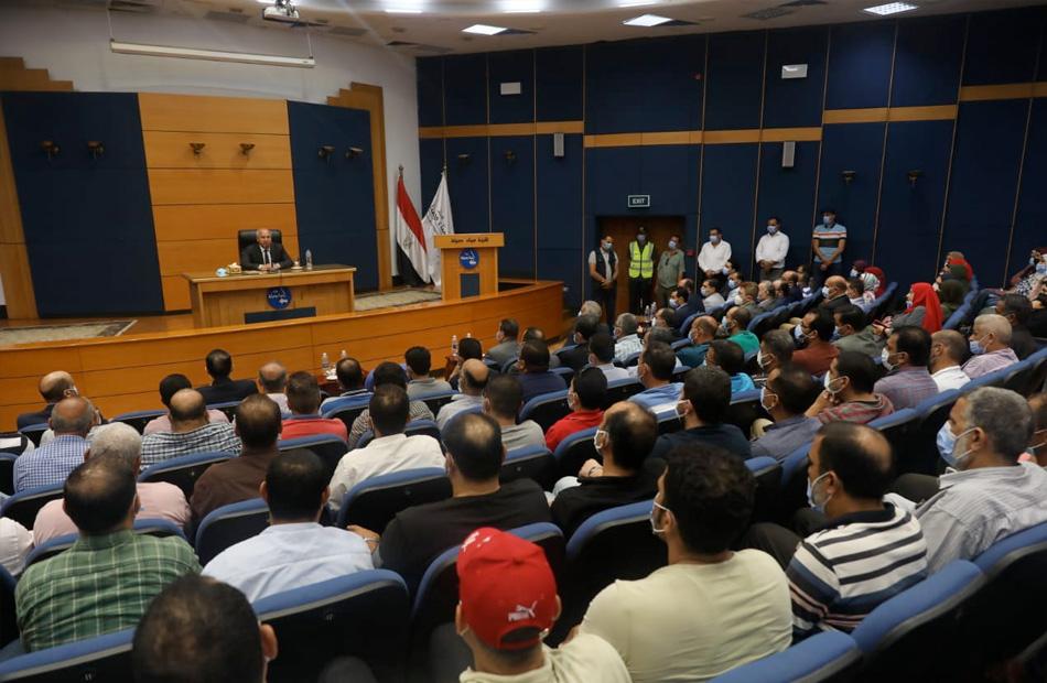 وزير النقل خلال اجتماعه مع العاملين في هيئة ميناء دمياط