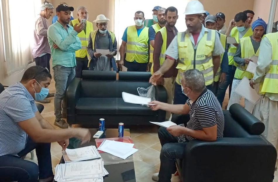 جانب من تسليم بوليصة تأمين للعمالة غير المنتظمة بجنوب سيناء