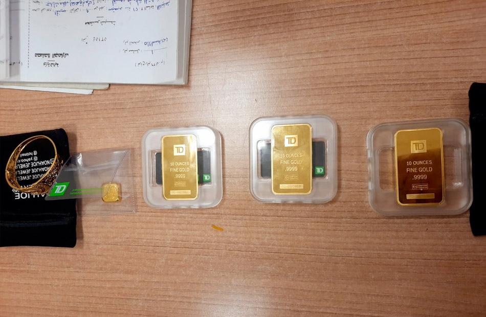 جانب من ضبط 3 محاولات لتهرب سبائك ذهبية وأكياس حلوى بالمخدرات