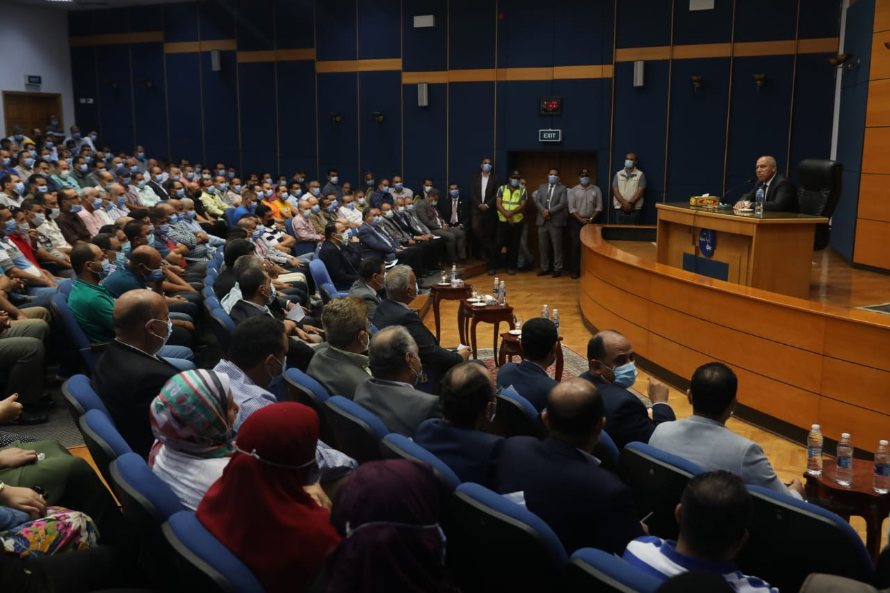 جانب من اجتماع وزير النقل مع العاملين بهيئة ميناء دمياط