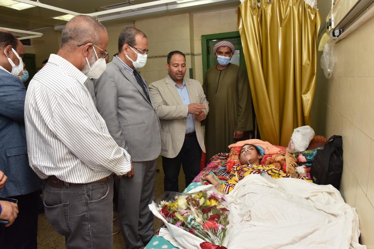 القائم بعمل رئيس جامعة سوهاج يطمئن على الحالة الصحية لطفلة بعد استئصال ورم سرطاني من فكها|صور