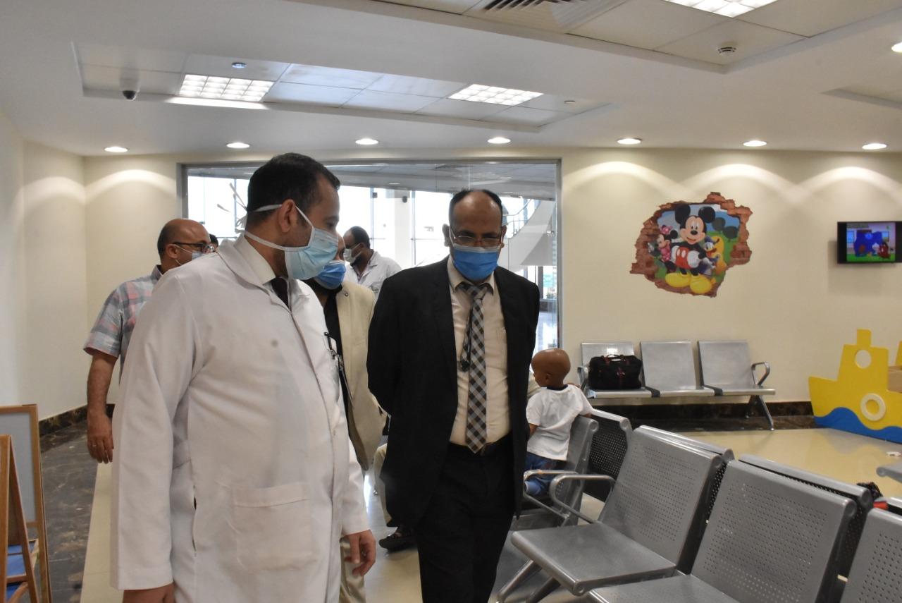 قيادات كلية الطب بجامعة جنوب الوادى يزورون مستشفى شفاء الأورام لعلاج الأورام بالمجان | صور