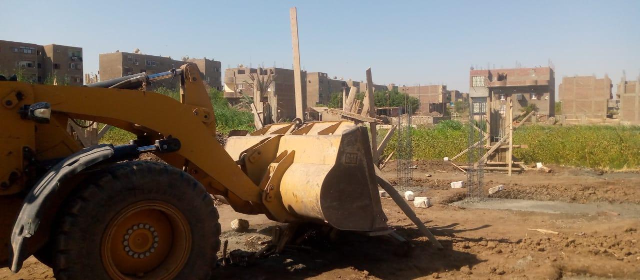 رصد مخالفة تعد على أرض زراعية بمدينة أرمنت في الأقصر   صور