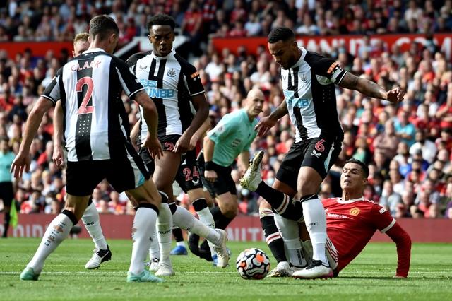 نيوكاسل يسجل هدف التعادل في شباك مانشستر يونايتد