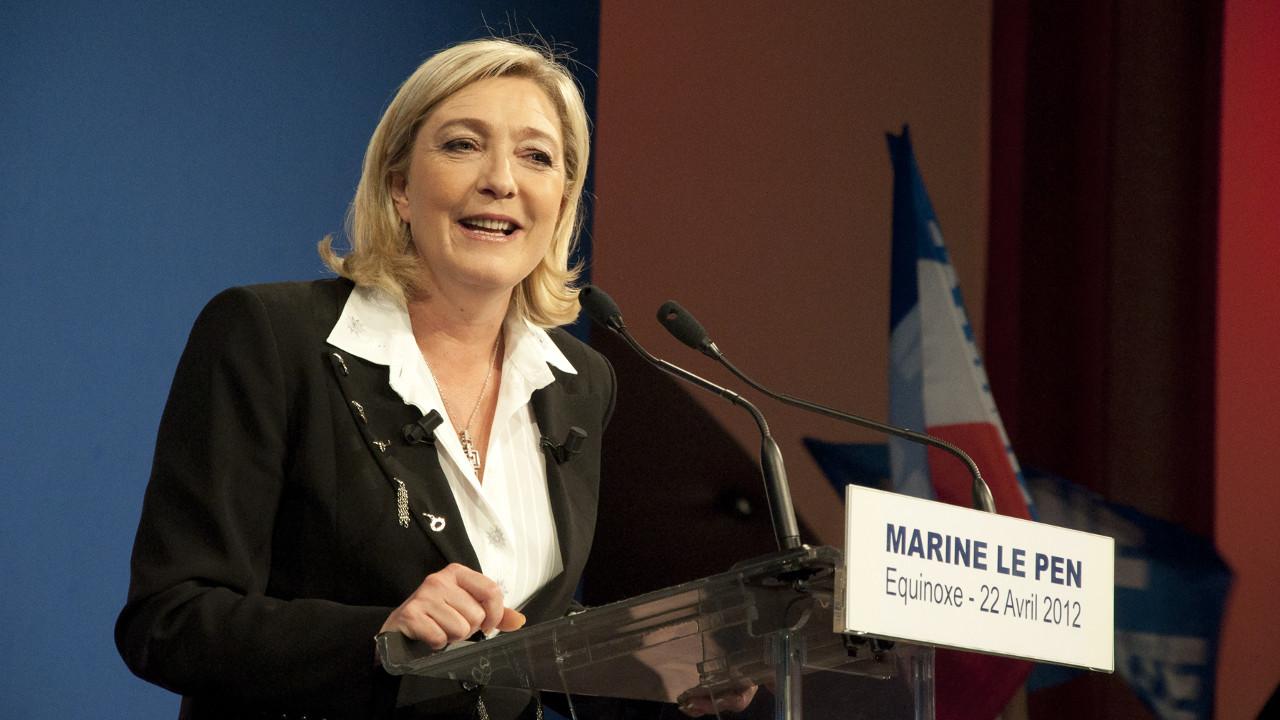 اليمينية  لوبان  تتنحى مؤقتًا عن منصبها كرئيسة لحزب التجمع الفرنسي