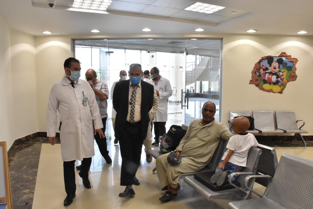 قيادات كلية الطب بجامعة جنوب الوادى يزورون مستشفى شفاء الأورام