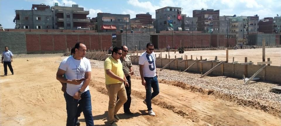 رئيس مركز المطرية يتفقد إنشاءات الملعب القانوني لكرة القدم بمركز الشباب
