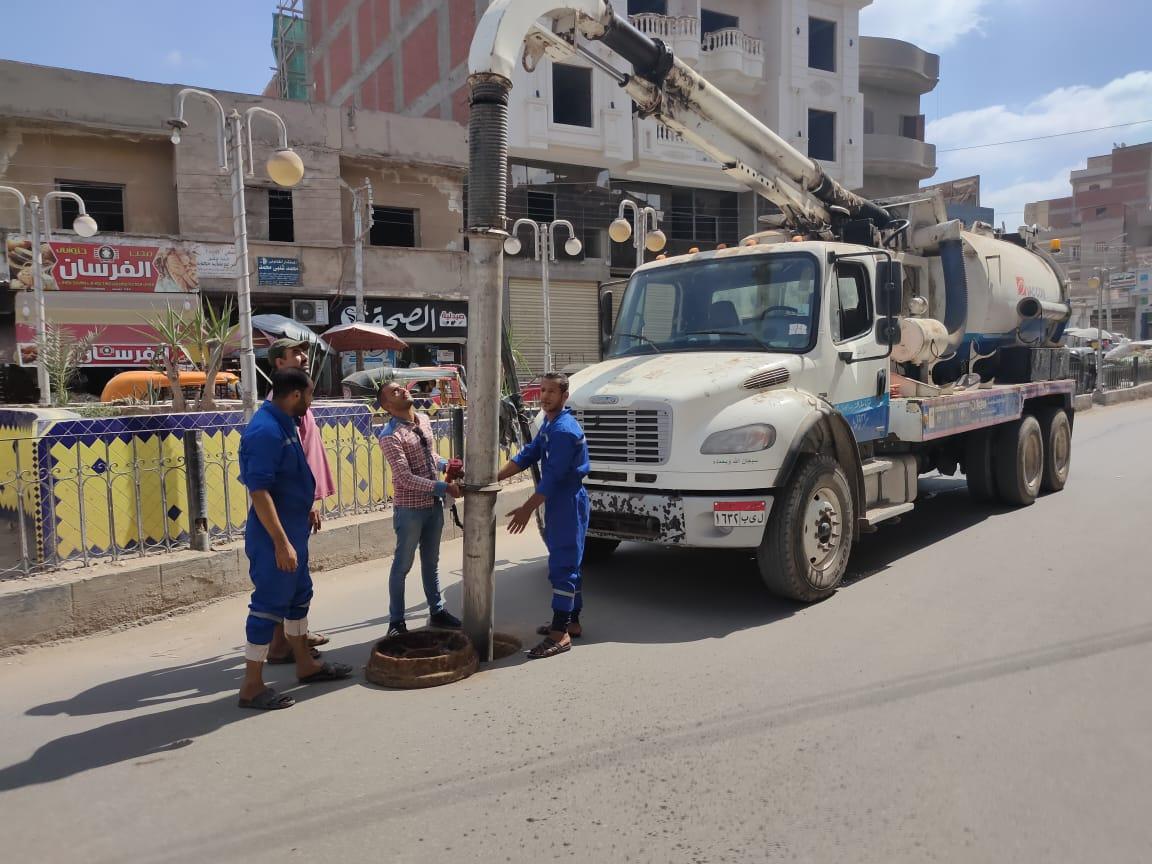 حملات لتطهير بالوعات الصرف الصحي في بيلا بكفر الشيخ استعدادًا للشتاء   صور