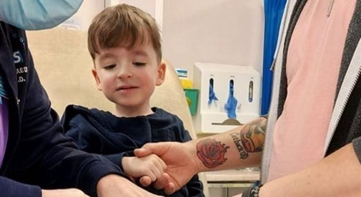 ضلوعه قد تنكسر بمجرد أن يعطس».. طفل بريطاني يعاني من مرض نادر| صور - بوابة  الأهرام