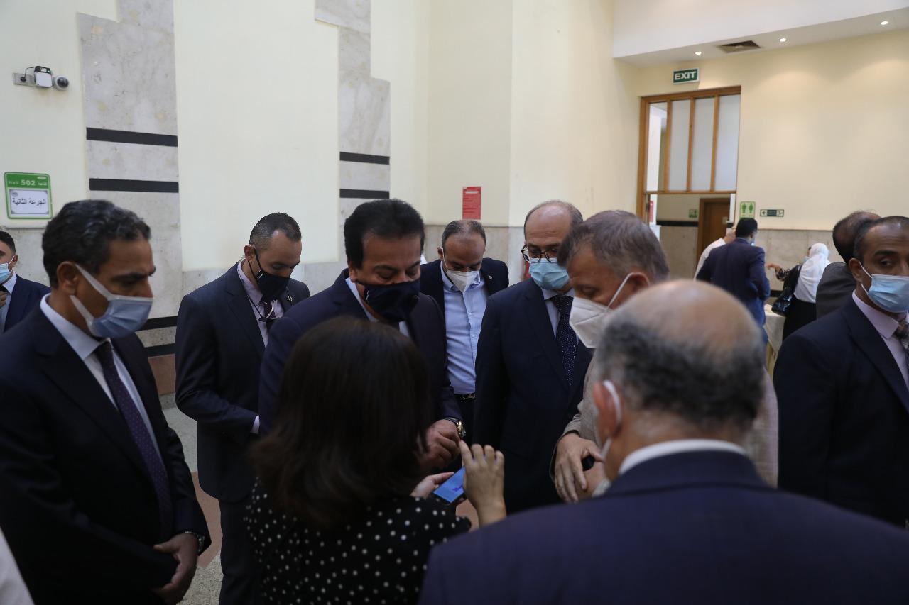 عبدالغفار  و  المتيني  يتفقدان مراكز التطعيم بجامعة عين شمس