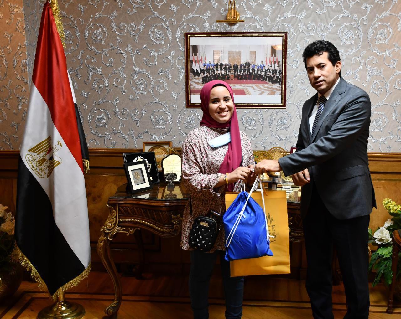 تكريم وزير الرياضة للطالبة آية عصام الدين بائعة غزل البنات
