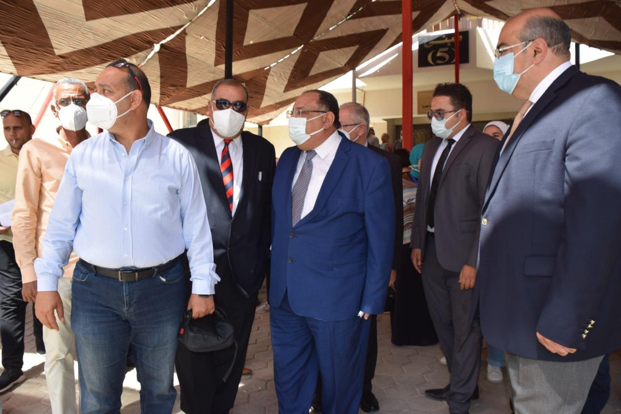 رئيس جامعة حلوان يتابع تلقى الطلاب تطعيمات كورونا