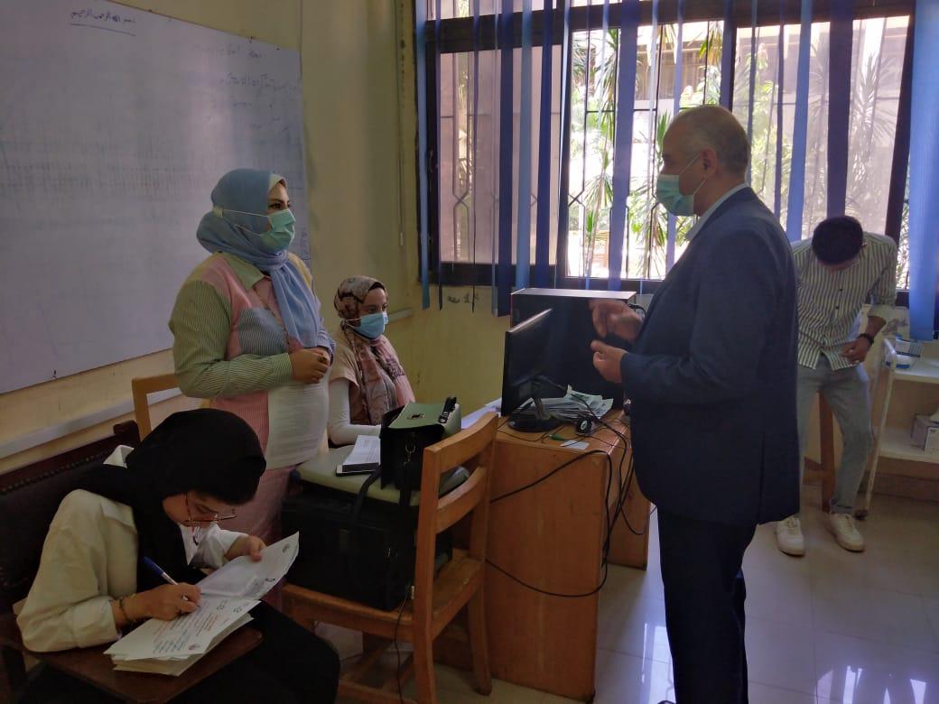 بدء تلقي طلاب وأعضاء هيئة تدريس والعاملين بجامعة الفيوم لقاح كورونا