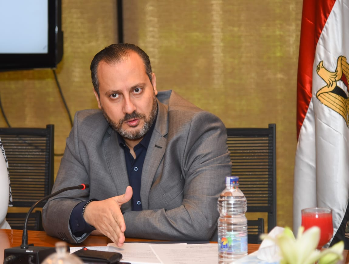 مساعد وزيرة الهجرة للتطوير المؤسسي يوضح مهام وحدة حقوق الإنسان بالوزارة
