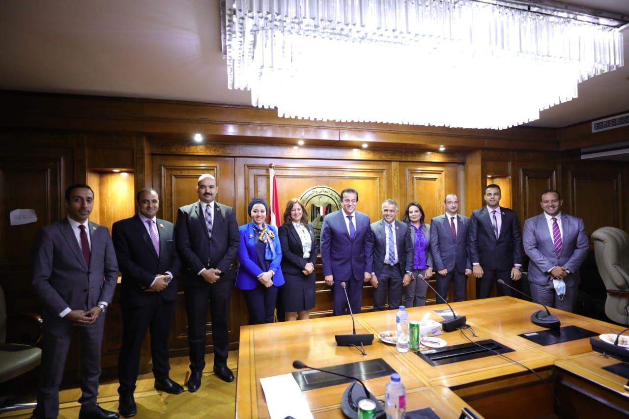 وزير التعليم العالي يلتقي وفد تنسيقية شباب الأحزاب والسياسيين| صور