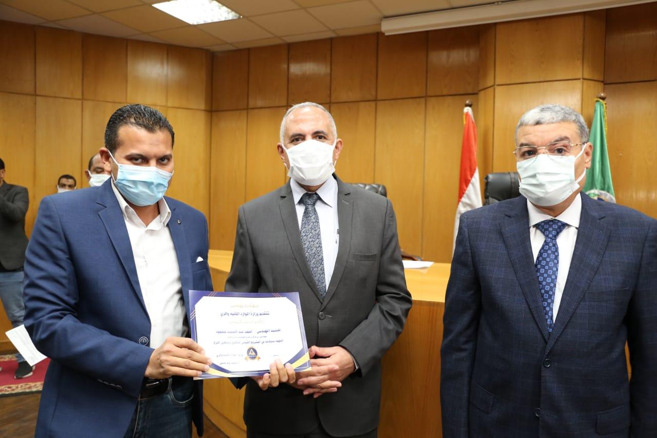 وزير الري يكرم 16 مهندسا مشرفا على تأهيل الترع في المنيا