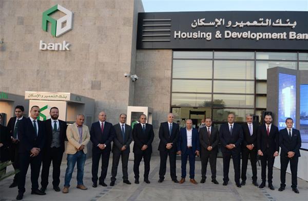بنك التعمير والإسكان يسلم الفائز الأول في السحب على حسابات التوفير سيارة مرسيدس A