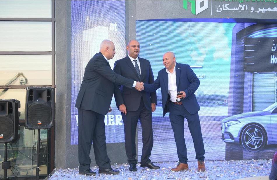 بنك التعمير والإسكان يسلم الفائز الأول في السحب على حسابات التوفير سيارة مرسيدس A180