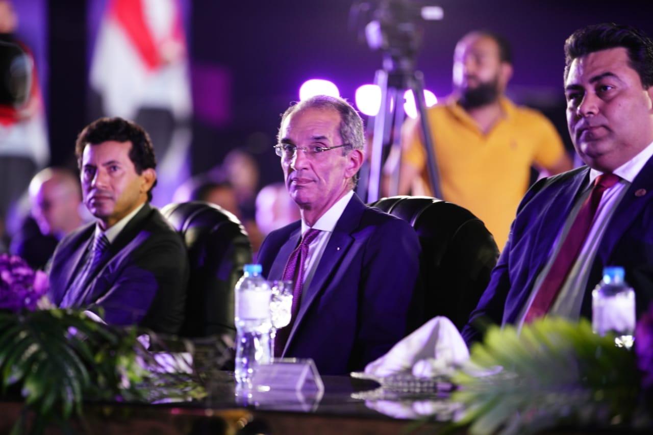 الدكتور عمرو طلعت يتوسط الدكتور أشرف صبحي و المهندس عادل حامد