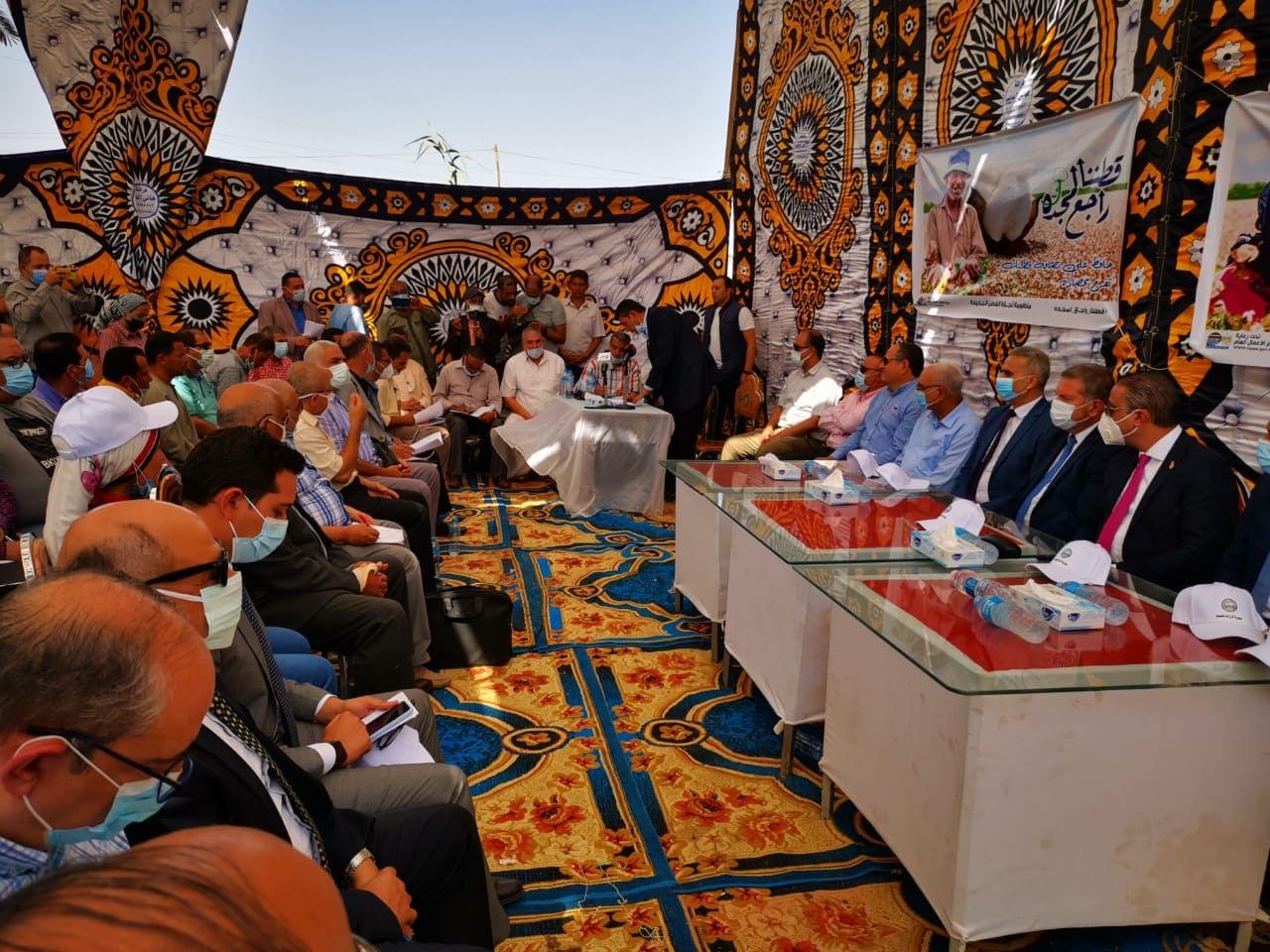 وزير قطاع الأعمال يشهد جلسة مزاد لبيع الأقطان بالفيوم