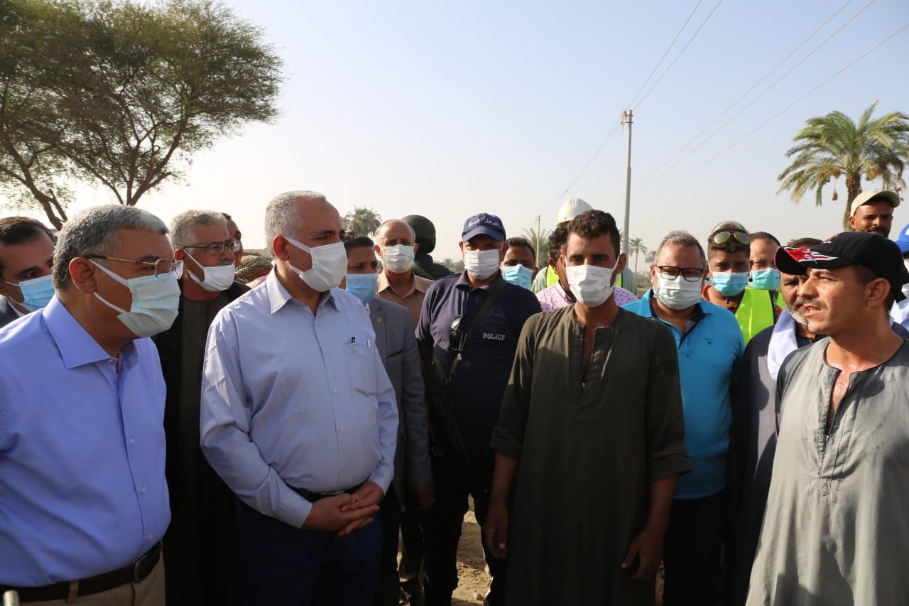 وزير الموارد المائية والري خلال لقائه عددا من مزارعي المنيا