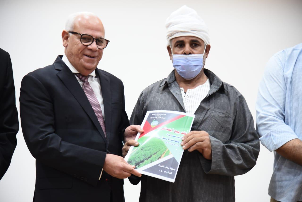 محافظ بورسعيد يسلم  عقد تمليك أراضٍ للمزارعين بسهل الطينة   صور