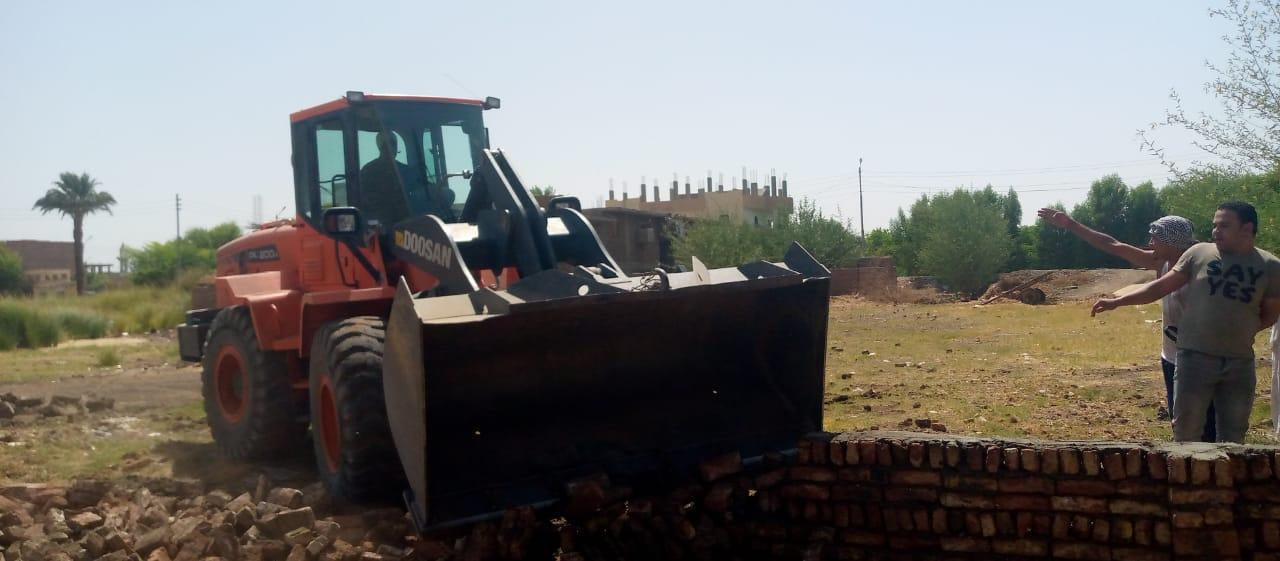 رصد مخالفة تعدٍ على أرض إصلاح زراعي بمدينة أرمنت في الأقصر   صور
