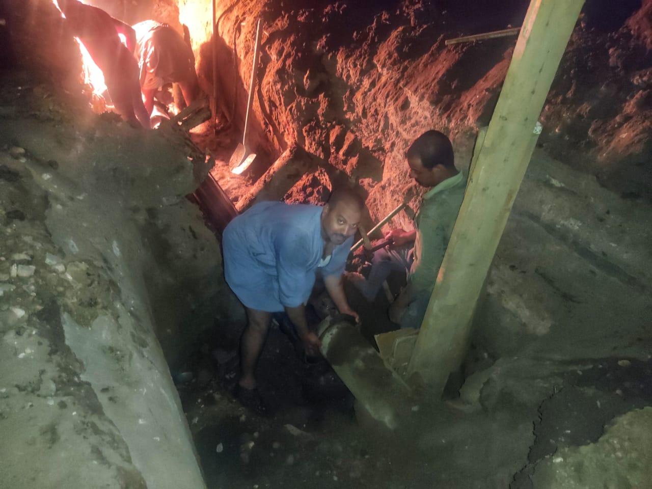 إصلاح خط مياه بمدينة إسنا