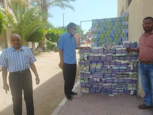 وكيل تعليم البحر الأحمر يتابع تسليم الكتب الدراسية بمخازن المديرية | صور