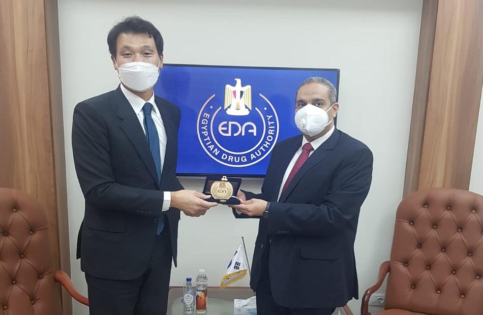 سفير كوريا الجنوبية ورئيس هيئة الدواء يبحثان تعزيز التعاون الطبي ودعم صناعة الدواء