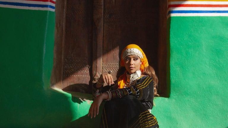 بلقيس  تتألق بالزي البدوي وتظهر المعالم التراثية السعودية بـ جنوب الدرب  | صور