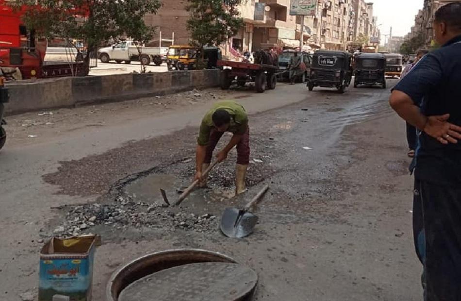 إصلاح تسريب بخط مياه الشرب في شارع الأقصر بالجيزة |صور