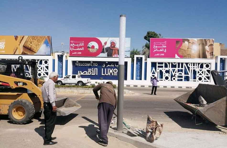 سكرتير عام محافظة الأقصر يتفقد أعمال التجميل بطريق محيط المطار|صور