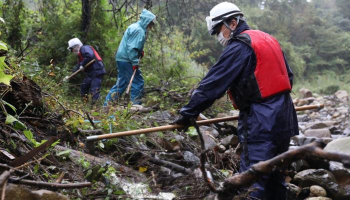 إعصار تشانتو يضرب جنوب غرب اليابان وتوقف بعض خطوط السكك الحديدية