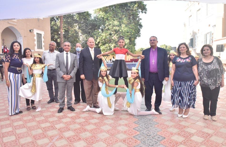رئيس الكنيسة الإنجيلية ومحافظ أسيوط  خلال تكريم الطلاب المتفوقين