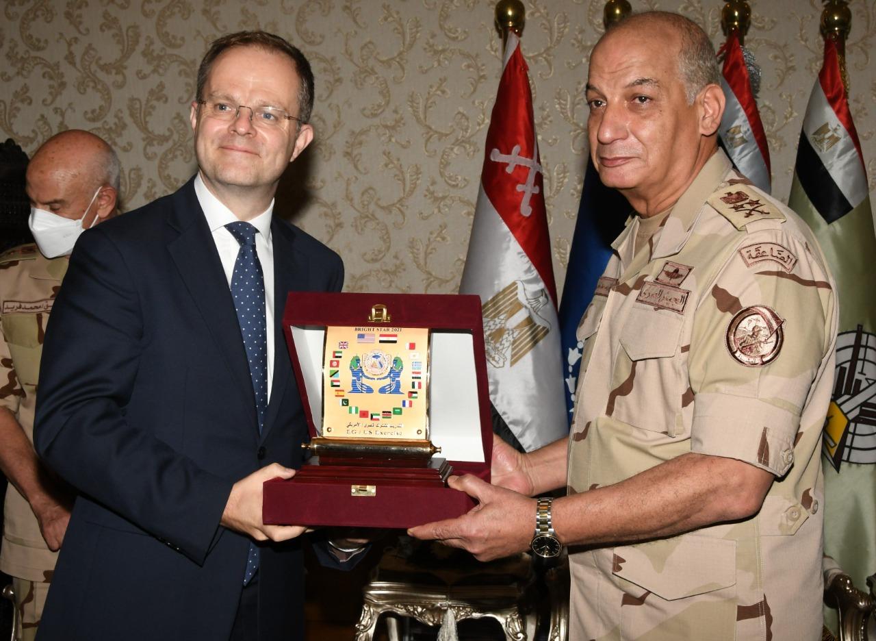 وزير الدفاع يهدى درع النجم الساطع لقادة العناصر المشاركة فى التدريبات المشتركة