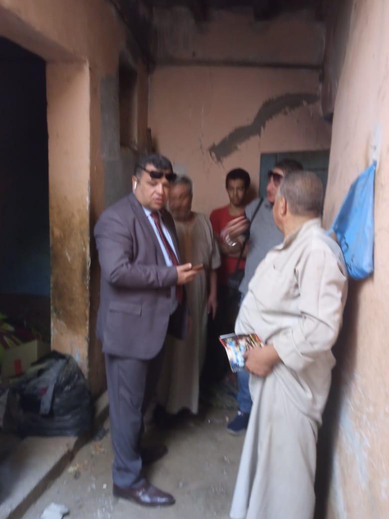 رئيس مركز  ومدينة بني سويف خلال متابعته  تسكين أسرة لصدع منزلها