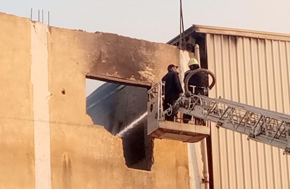 السيطرة على حريق مصنع الزجاج ومنطقة المخلفات الصلبة بالعاشر من رمضان   صور