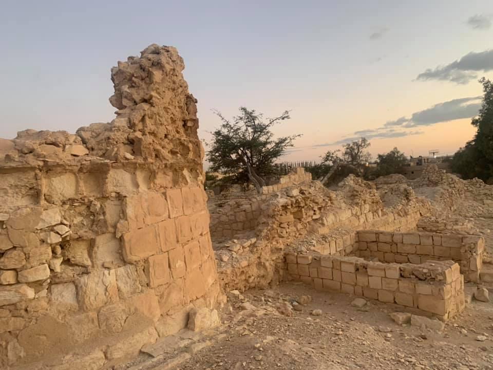 بين أطلال ;قلعة الغورى; و;قبة النخلاوي; شاهد أشهر آثار  صحراء التيه  بمدينة نخل| صور
