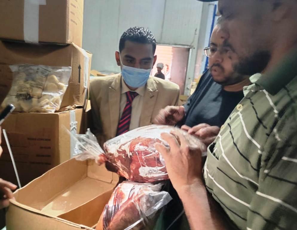 محافظ أسوان يتابع حملات الطب البيطري على الأسواق |صور