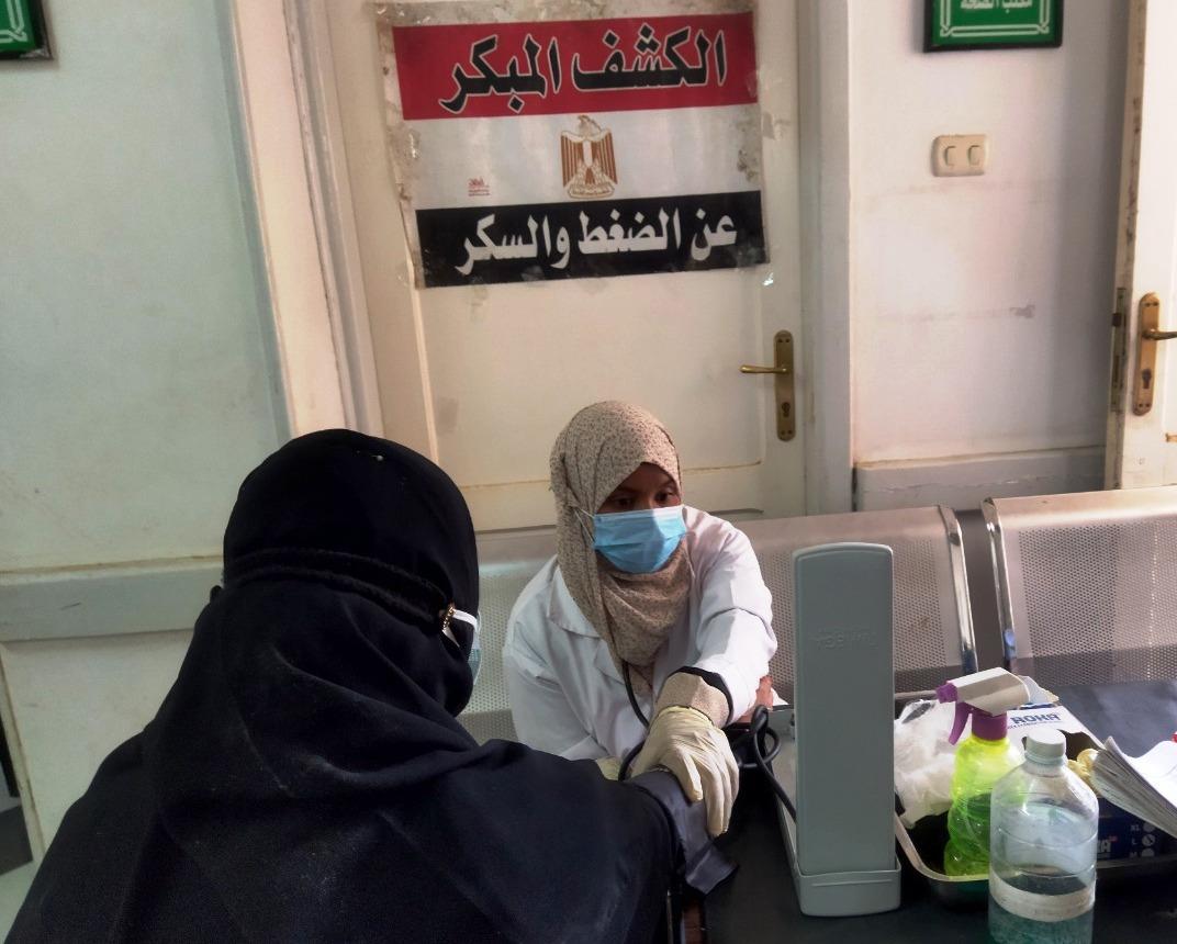 الكشف على  مواطنًا بالمجان في قوافل طبية بأسوان   صور