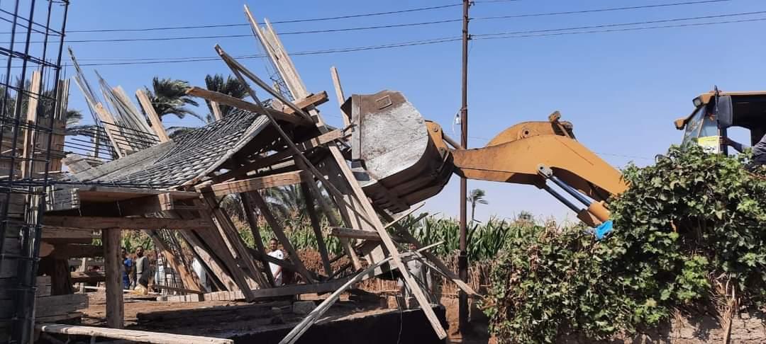 إزالة  مبنى مخالفًا لاشتراطات البناء في البحيرة