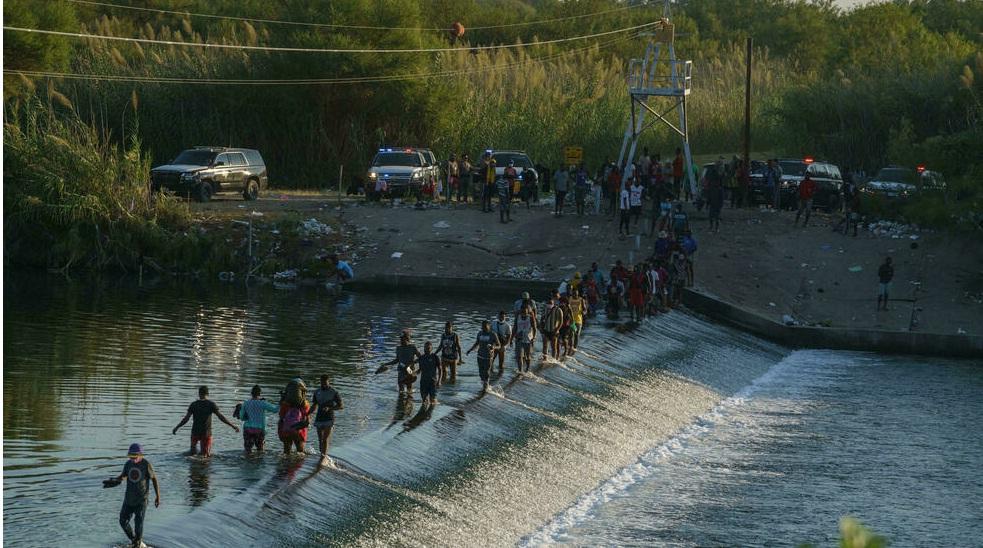 واشنطن تتعهد بتسريع وتيرة ترحيل المهاجرين المحتجزين تحت جسر في تكساس