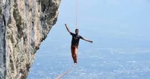 لاعب أكروبات فرنسي يعبر نهر السين مشيا على حبل مشدود من برج إيفل