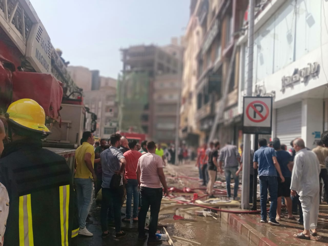حريق يلتهم  طوابق في عقار سكني بمركز دمنهور   صور