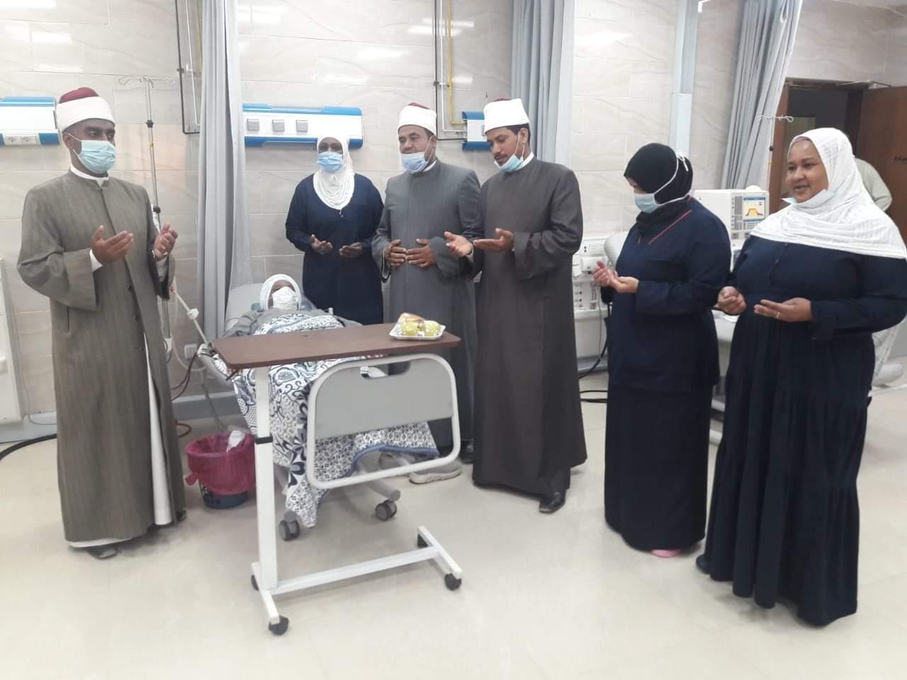 وفد من مشيخة الأزهر يزور مرضى المستشفى الجامعي بأسوان   صور