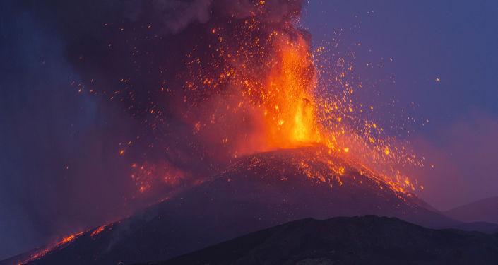 ثوران بركان في جزيرة لا بالما الإسبانية في المحيط الأطلسي