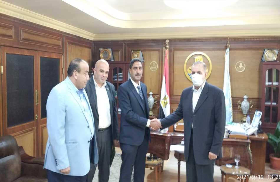 محافظ كفر الشيخ يكرم  مختار طه  لتوليه منصب مدير عام الوحدات الحسابية بالمالية