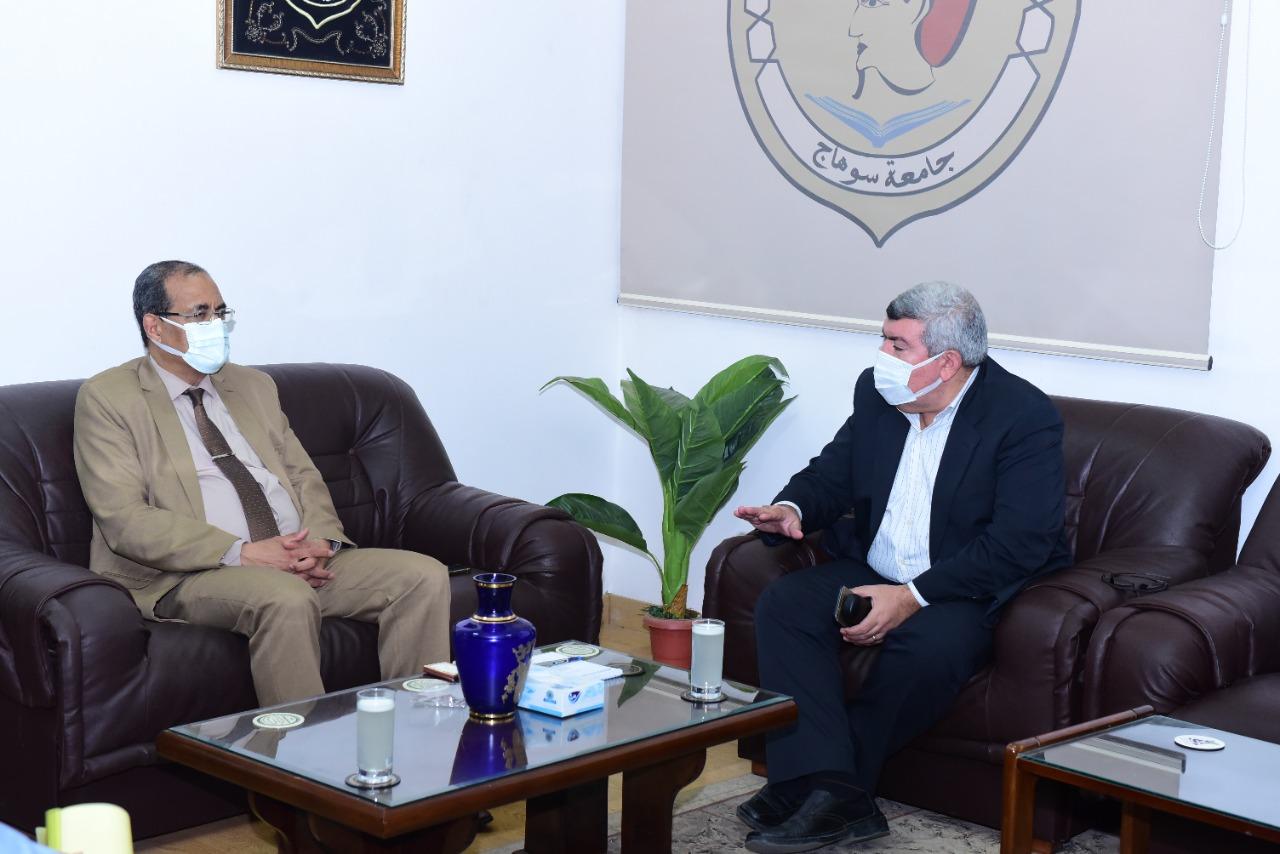 الدكتور مصطفى عبد الخالق، القائم بعمل رئيس جامعة سوهاج خلال الاجتماع